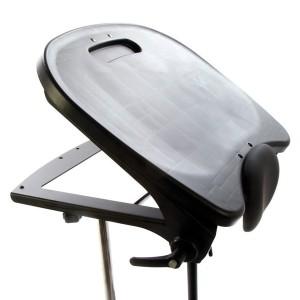 Черный столик ShadowTray с регулируемым (0-35°) углом, вместе с откидывающейся передней частью тренажера