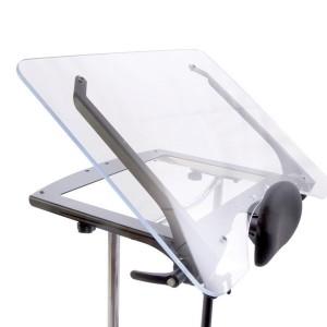 Прозрачный столик с увеличенными размерами, с регулируемым (0-35°) углом, вместе с откидывающейся передней частью тренажера